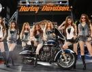 Chân dài nổi loạn cùng Harley-Davidson