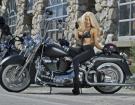 Người đẹp hờ hững vòng 1 bên Harley-Davidson