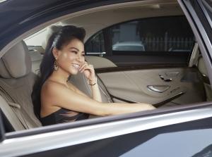 Ca sĩ Thu Minh điệu đà bên Mercedes-Benz S-Class