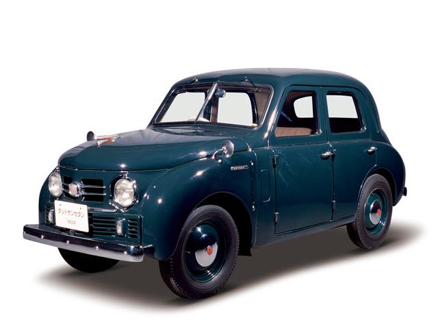 1953 Datsun Deluxe Sedan - Máy Type D10 (4-cyl. in line, SV), 860cc, 18kW (24PS), tốc độ tối đa 78kmh