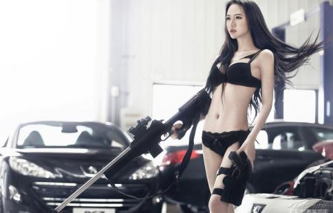 'Nữ điệp viên' quyến rũ bên xe hơi