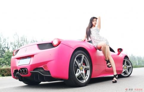 Mẫu đẹp ngất ngây bên Ferrari hồng