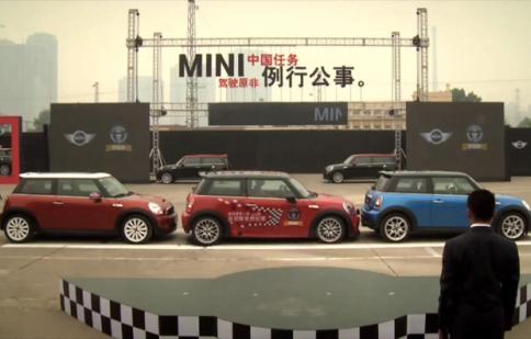 Tay lái người Trung Quốc lập kỷ lục đỗ xe phạm vi hẹp