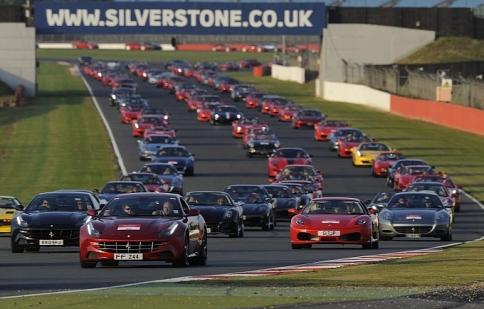 Ferrari xác lập kỷ lục mới với 964 xe tham gia diễu hành