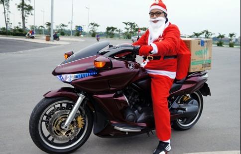 'Xế khủng' đi phát quà Giáng sinh miễn phí