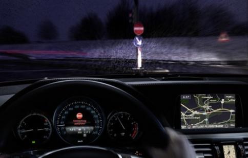 Đi xe Mercedes không lo nhầm đường ngược chiều