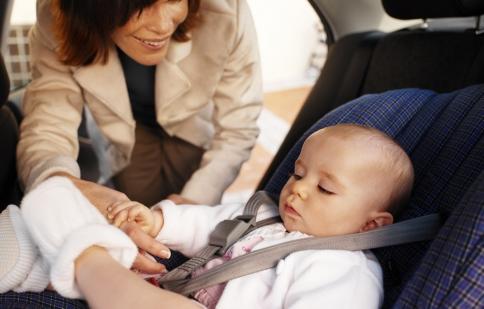 Đừng bao giờ để trẻ nhỏ một mình trong xe