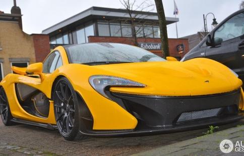 Siêu xe McLaren P1 bất ngờ xuất hiện trên đường phố