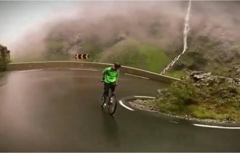 Kinh hoàng với màn chạy xe đạp ngược ở tốc độ 80 km/h
