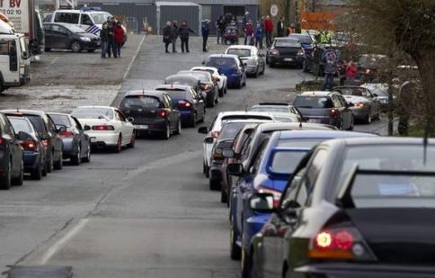 Fan và siêu xe đến viếng Paul Walker