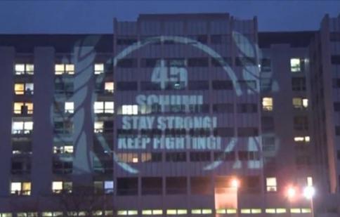 Người hâm mộ tổ chức sinh nhật lần thứ 45 cho Michael Schumacher bên ngoài bệnh viện