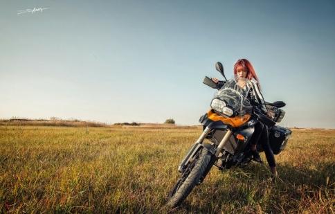 Hot girl phong trần cùng mô tô