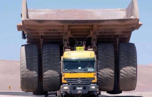Xem Mercedes-Benz Actros chở mẫu xe lớn nhất thế giới như thế nào