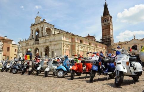 Hơn 10.000 chiếc Vespa tụ họp tại Vespa World Days 2014