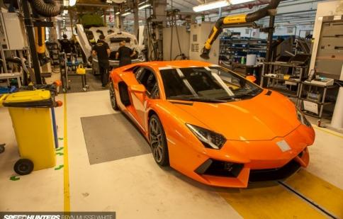 """""""Đột nhập"""" nhà máy Lamborghini"""