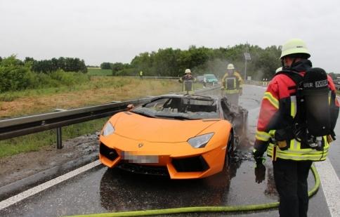 Vừa thay động cơ, siêu xe Aventador đã bị cháy rụi