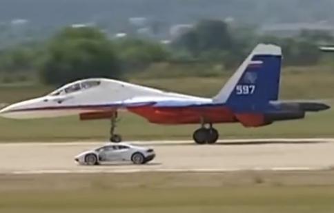 Lamborghini Huracan bí mật đua với máy bay chiến đấu