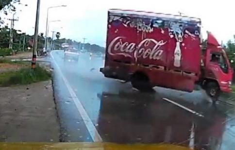 Pha drift để đời của tài xế Coca Cola
