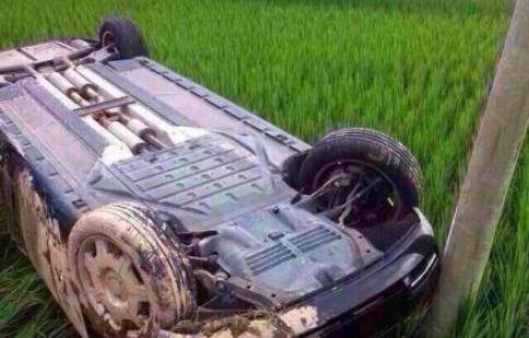 """Rolls-Royce Phantom """"cày ruộng"""" sau khi mất lái"""