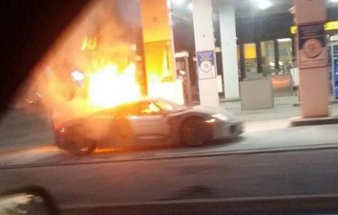 """""""Nhói lòng"""" nhìn siêu xe Porsche 918 Spyder cháy rụi tại cây xăng"""