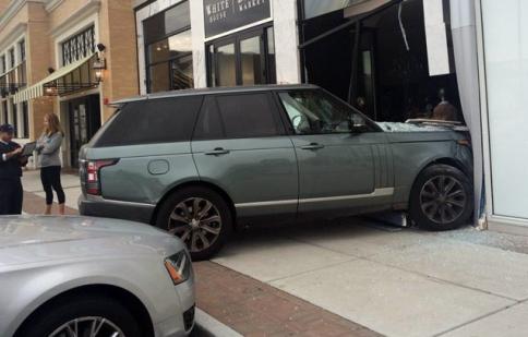 SUV sang Range Rover nát đầu vì chiếc dép kẹp