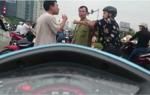 Video hot trong tuần: Tài xế già đi ngược chiều còn đánh người