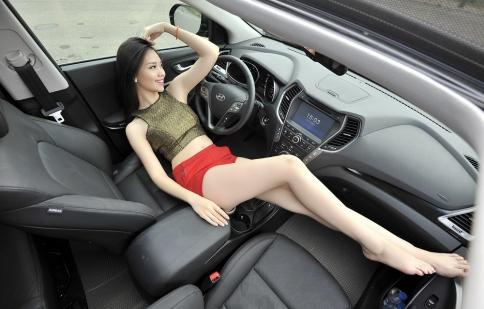 Hyundai SantaFe đọ sắc cùng người đẹp