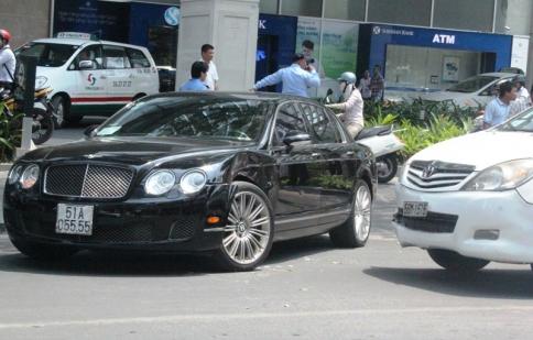 Siêu xe Bentley 10 tỷ gặp nạn giữa Sài Gòn
