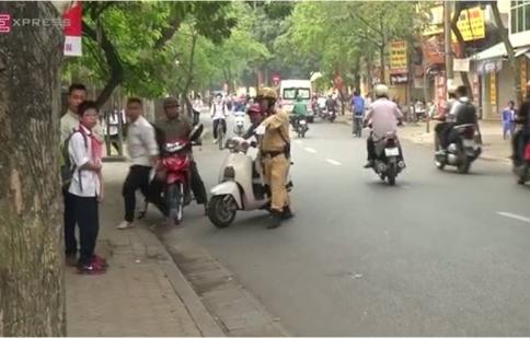 Video hot trong tuần: Học sinh bị xử phạt vì không đội mũ bảo hiểm