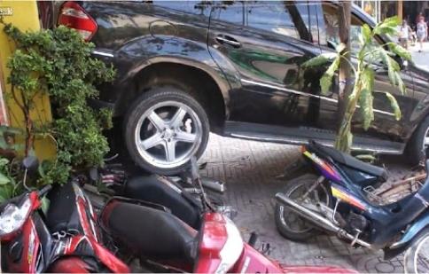Pha de xe hỏng tại Việt Nam lên báo nước ngoài
