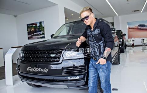 Ca sĩ Trịnh Tuấn Vỹ tạo dáng cực ngầu bên những chiếc Jaguar - Land Rover
