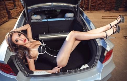 Mỹ nữ khoe dáng bên Audi A7 độ