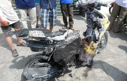 Xe máy hiệu Yamaha Luvias bốc cháy đường Lê Quang Định