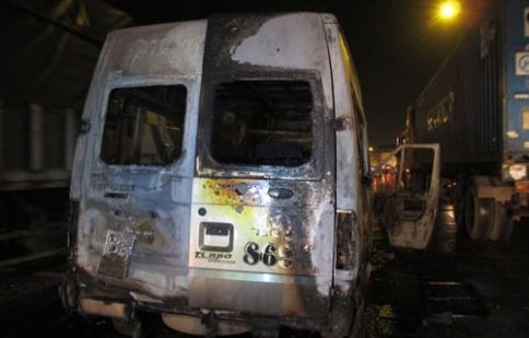 Ô tô lại bốc cháy trên đường, 3 người bị bỏng