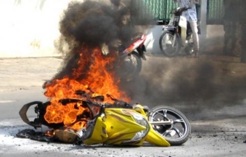"""Cháy xe, bình cứu hỏa mini """"đội giá"""""""