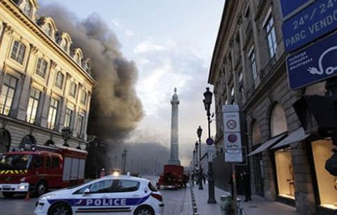 Lửa thiêu rụi nhiều xe sang tại Paris