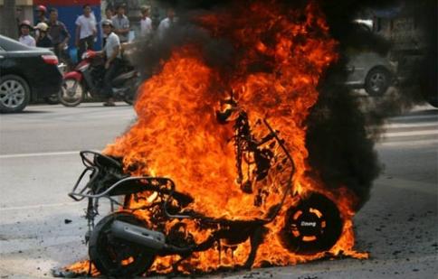 Chưa khẳng định cháy xe máy, ô tô do xăng dầu