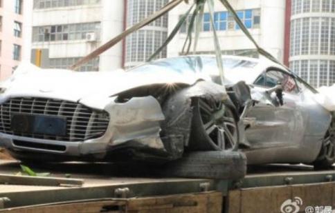 Siêu xe Aston Martin One-77 đầu tiên gặp nạn