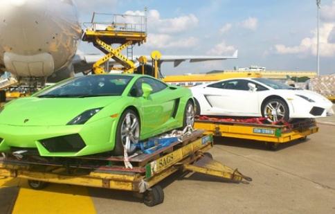 Ba siêu xe Lamborghini LP560-4 đi máy bay đến Việt Nam