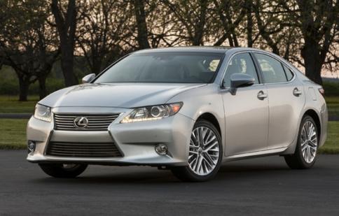 Lexus sửa lỗi tay nắm cửa cốp xe cho 700.000 chiếc