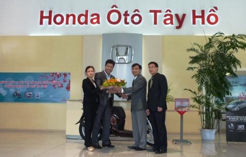 Thêm một khách hàng nhận SH khi lái thử Honda Civic và CR-V