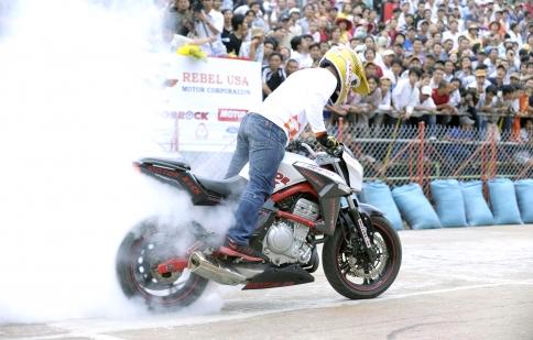Nghẹt thở với bốc đầu, đốt lốp và drift tại Vietnam Motorbike Festival