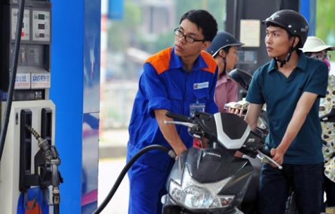 Xăng giảm 400 VND, dầu không đổi