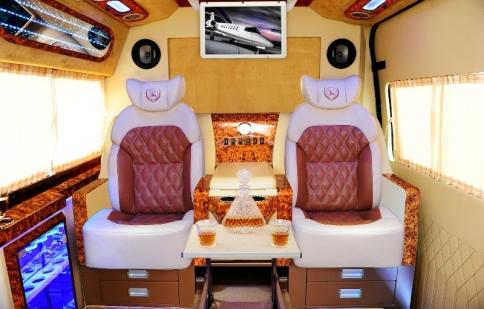 Dcar nâng cấp Ford Transit thành limousine
