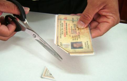Xem xét việc cắt góc giấy phép lái xe