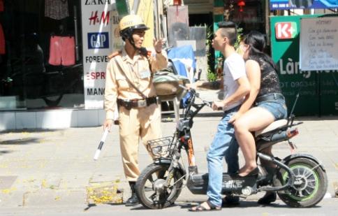 Hàng chục chủ xe máy điện bị cảnh sát nhắc nhở