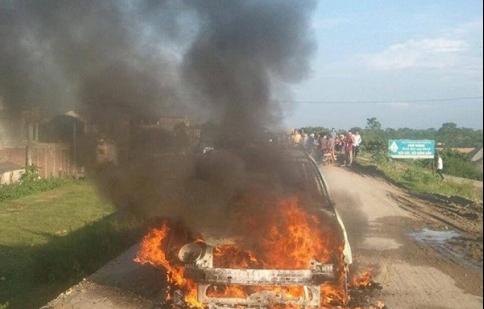 Đang chạy, xe Kia Morning bất ngờ cháy rụi trơ khung