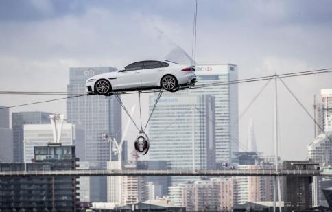 Jaguar XF biểu diễn leo dây tại London