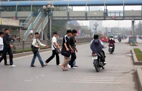 Người đi bộ vẫn vô tư phạm luật