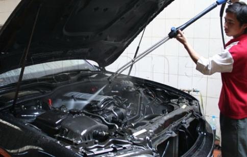 Có nên rửa máy ô tô thường xuyên?